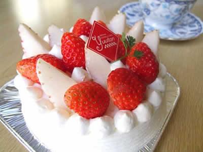 「白いイチゴ」を使ったデコレーションケーキのイメージ画像