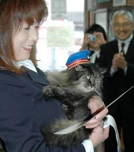 小林駅長に抱かれ、辞令を受ける名誉駅長のバス