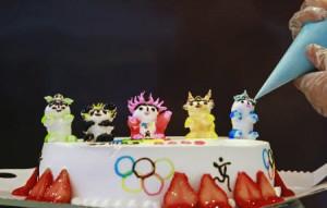 北京五輪のマスコット人形をあしらったデコレーションケーキ