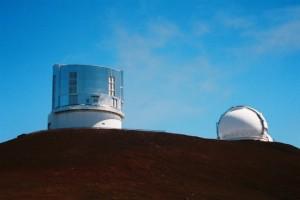 すばる望遠鏡(左)。右はケックI望遠鏡